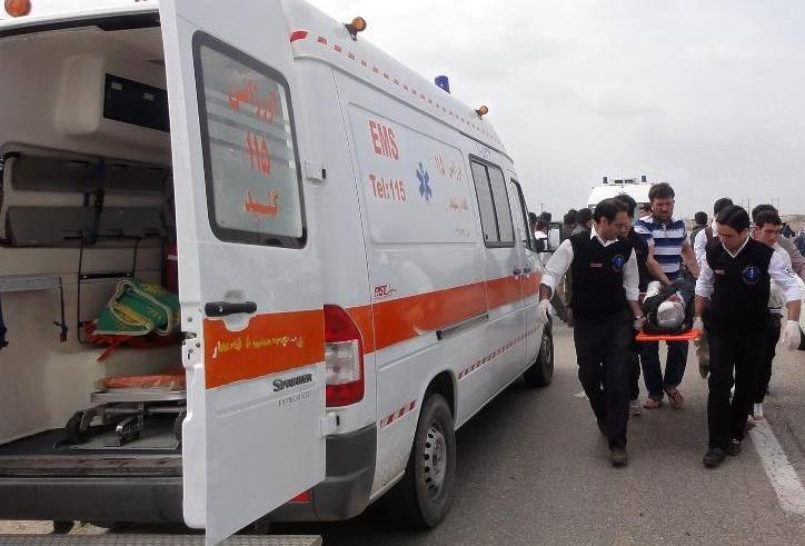 نجات زن 35 ساله از زیرآوار ساختمان قدیمی گیشا/ انتقال مصدوم به بیمارستان حضرت رسول