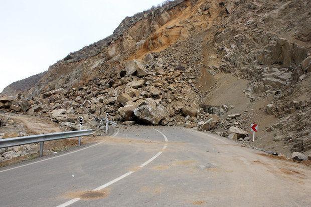 قطعه 4 آزاد راه تهران – شمال بر اثر ریزش سنگ مسدود شد