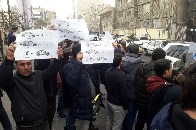 تجمع پیش خریدکنندگان خودروهای داخلی مقابل وزارت صنعت