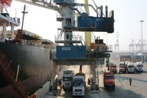 کشتی حامل نهادههای دامی در بندر شهید رجایی پهلو گرفت