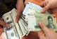 حذف ارز ۴۲۰۰ تومانی به بهانه اعطای کارت معیشتی به مردم /دولت نمیتواند ارز را تکنرخی کند