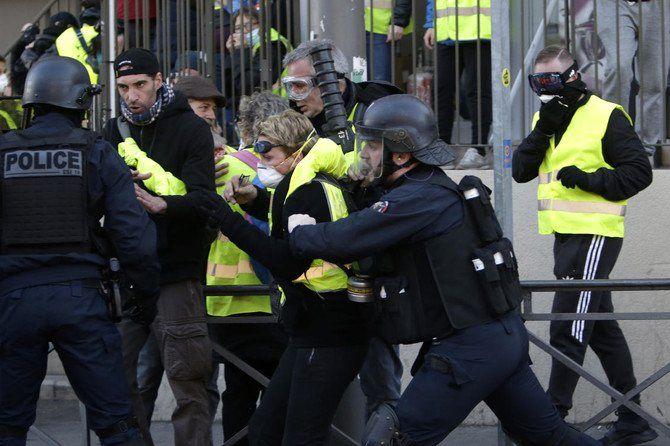 16 معترض جلیقه زرد بازداشت شدند